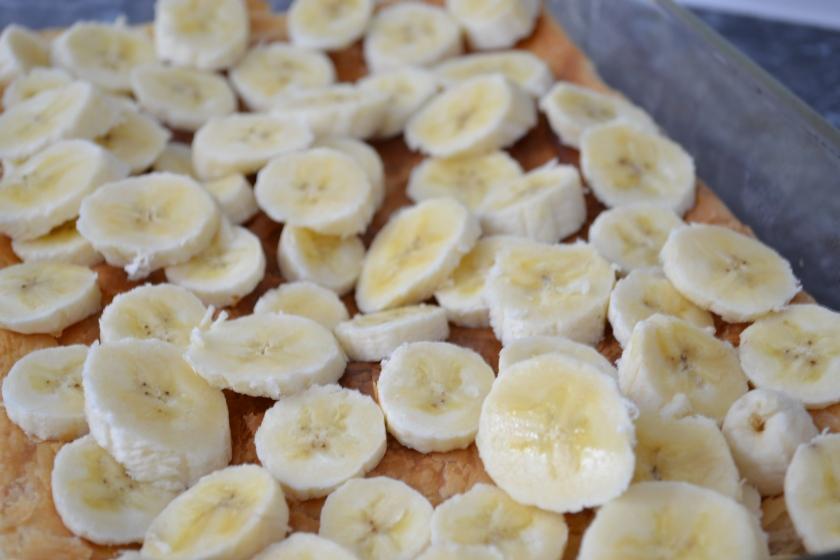 Placer les lamelles de bananes sur la pâte