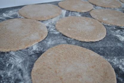 Enduire de farine le plan de travail, former des boules