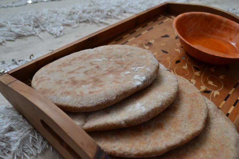 Servir le pain encore chaud avec de l'huile d'Olive ou de l'huile d'Argan